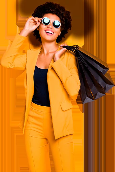 Mulher feliz segurando uma sacola